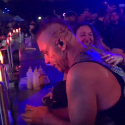 Ο τραγουδιστής των Rammstein κατέβηκε για μπύρα στο μπαρ την ώρα της συναυλίας